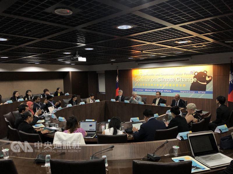為增加與新南向目標國家青年在氣候變遷議題上的交流,外交部與國立清華大學合作舉辦「印太及東南亞青年氣候交流暨研習活動」,12日、13日在台北舉行。(外交部提供)中央社記者侯姿瑩傳真 107年7月13日
