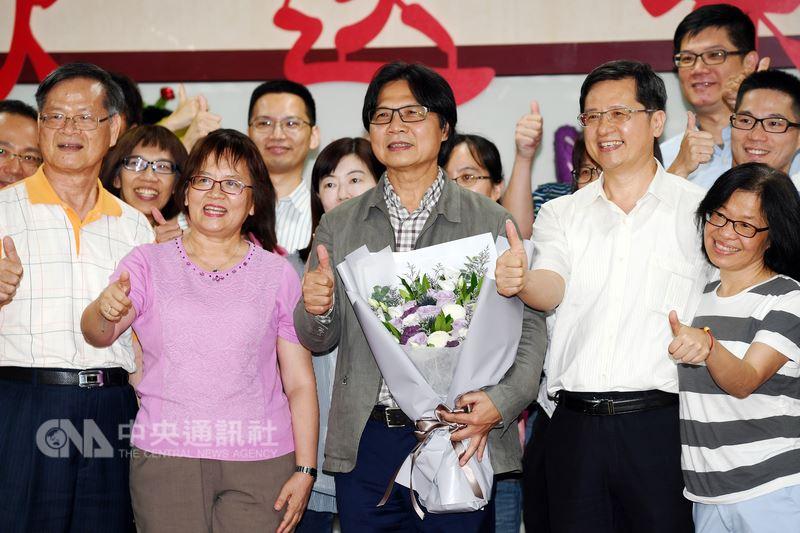 內政部長葉俊榮(前中)即將轉任教育部長,13日在部內出席歡送活動,會中並和同仁一同合影留念。中央社記者施宗暉攝 107年7月13日