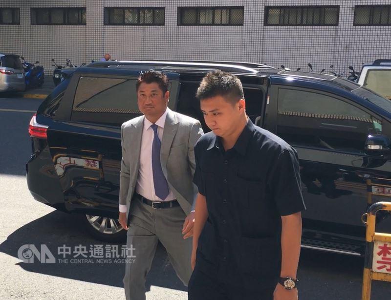 台灣高等法院13日下午再度開庭審理紅火案,前中信銀董事長辜仲諒(左)出庭應訊。中央社記者蕭博文攝 107年7月13日