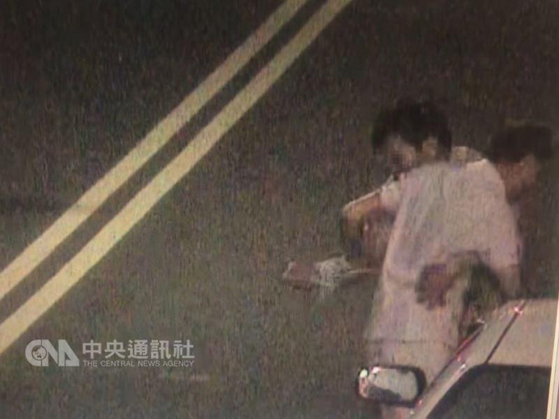 苗栗縣竹南鎮69歲蘇姓男子與61歲林姓男子是多年鄰居兼好友,因衝突酒後持刀械互砍,重傷送醫,所幸無生命危險。(翻攝照片)中央社記者管瑞平傳真 107年7月13日