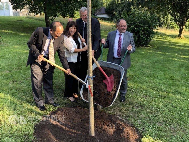 駐慕尼黑總領事許德明、三民高中校長沈美華、康芬豪森中學校長拜爾斯多夫、斯坦柏格市長羅特(從左到右)合種一棵樹,慶祝締結姐妹校20週年。(駐慕尼黑辦事處提供)中央社記者林育立柏林傳真  107年7月13日