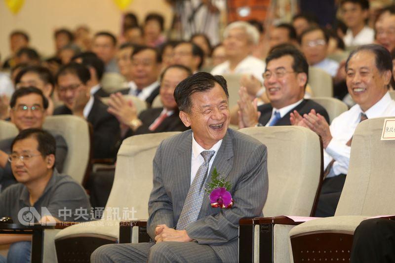 行政院內閣改組,法務部長邱太三(前)也將卸任,法務部13日下午在部內大禮堂舉辦歡送會,邱太三與眾人一同回顧過往影像,笑聲不斷。中央社記者吳家昇攝 107年7月13日