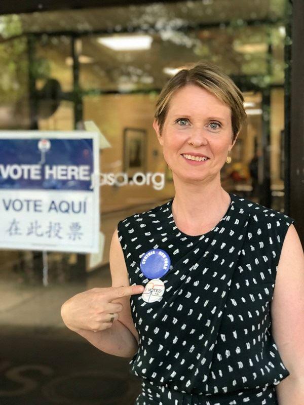 美國影集「慾望城市」女星辛西亞尼克森已蒐集到足夠連署,得以參加民主黨初選與現任州長一較長短。(圖取自臉書facebook.com/pg/CynthiaforNY)