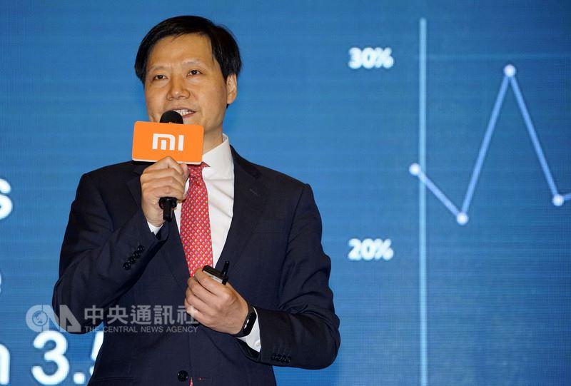 中國大陸手機商小米集團9日在香港上市後,股價連日飆漲,港媒報導,其創辦人雷軍的身家因此暴漲,現已排名中國富豪榜第6位。(取自中新社)中央社 107年7月14日