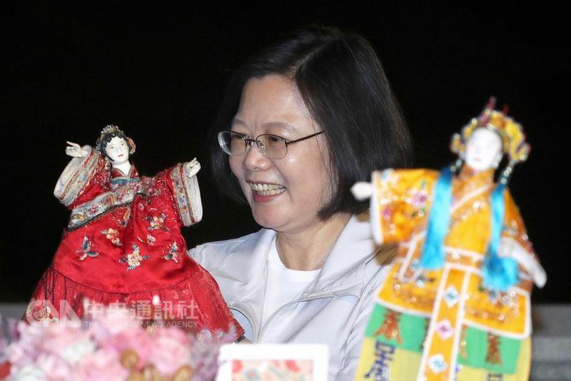 總統蔡英文14日晚間在台北賓館出席由中華文化總會舉辦的「2018原遊會藝文聯誼活動」,開心把玩布袋戲偶。中央社記者吳翊寧攝 107年7月14日