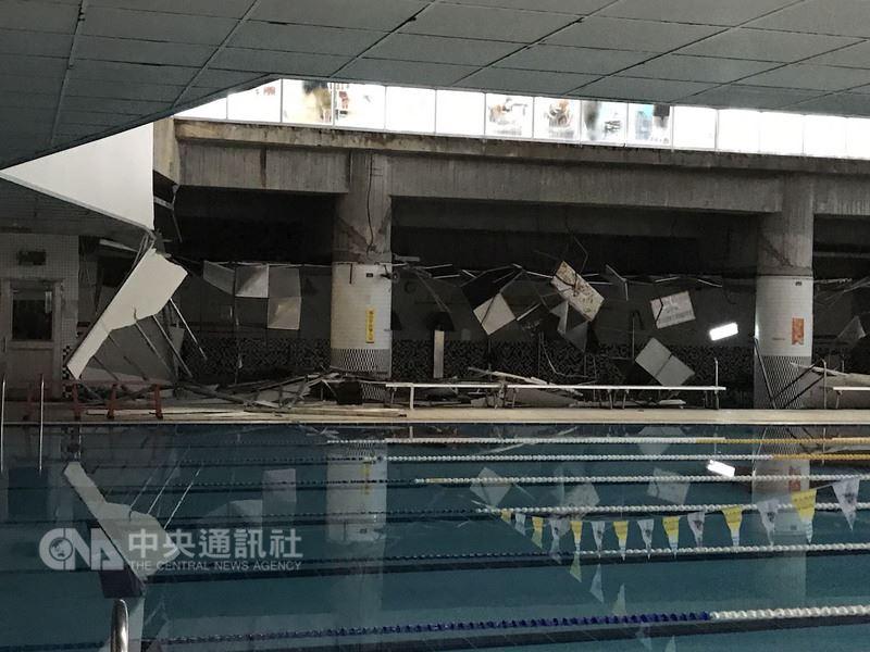 台北市消防局14日上午獲報,南港運動中心的游泳池旁SPA區天花板崩塌掉落,一名年約40多歲婦女遭砸傷,所幸傷者意識清醒,無明顯外傷。中央社 107年7月14日