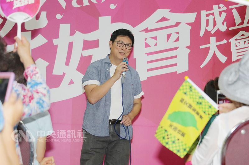 民進黨提名台北市長參選人姚文智(中)14日出席由水噹噹姊妹會等婦女團體組成的「姚姚姊妹會」成立大會,現場獻唱多首歌曲。中央社記者蕭博文攝 107年7月14日