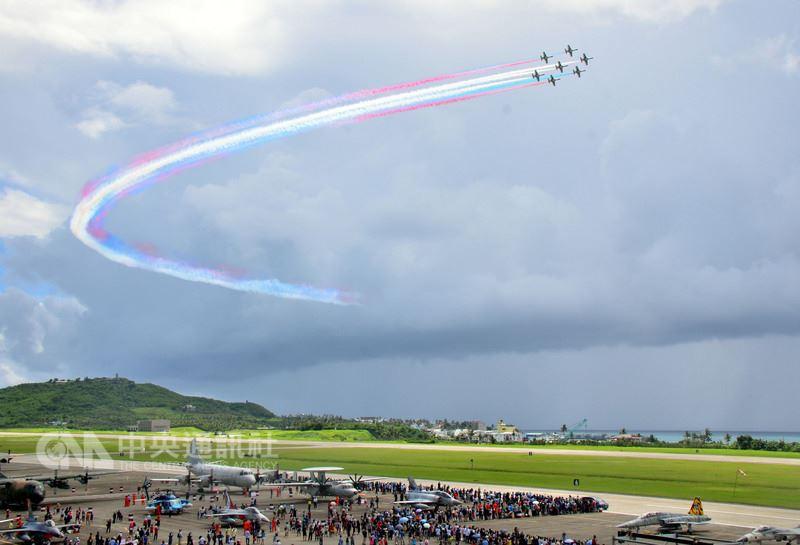 台東空軍志航基地14日營區開放,主力戰機秀空戰技巧,展示靈巧和優越性能。圖為最後壓軸的雷虎小組特技展示。中央社記者盧太城台東攝 107年7月14日