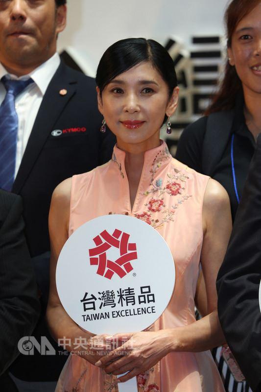 以「魅力的台灣」為主題的台灣精品展示會13日在東京登場,請到「美魔女」影星黑木瞳以代言人身分到場宣傳。她稱讚台灣是有獨自文化之地。中央社記者楊明珠東京攝 107年7月13日