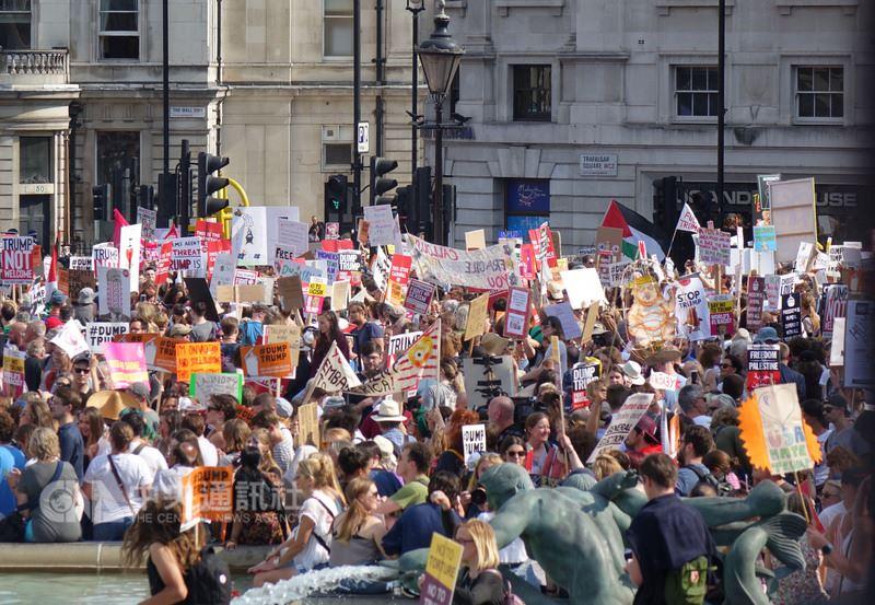 美國總統川普訪問英國,數萬民眾13日走上倫敦街頭抗議,最後匯流特拉法加廣場。中央社記者戴雅真倫敦攝 107年7月14日