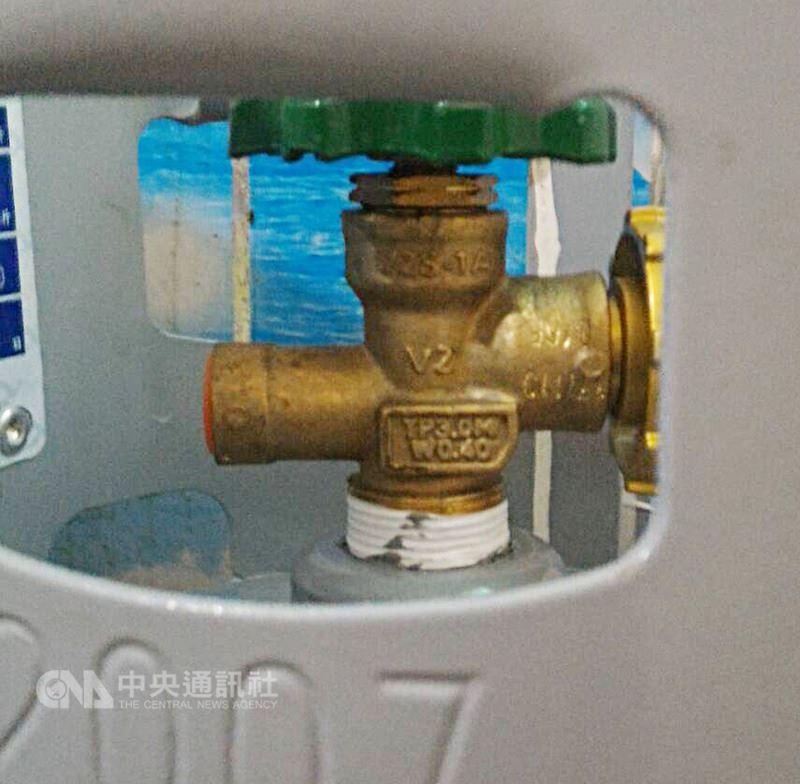 經濟部標檢局稽查發現,由台灣保安公司進口的瓦斯鋼瓶部分開關有漏氣現象,提醒民眾確認家中桶裝瓦斯,若開關型號為V2S-PA,且製造日期是2017年9月、10月與11月,請立即關閉鋼瓶開關並通知鄰近瓦斯行更換,以免發生危險。圖為瓦斯鋼瓶開關。中央社 107年7月14日