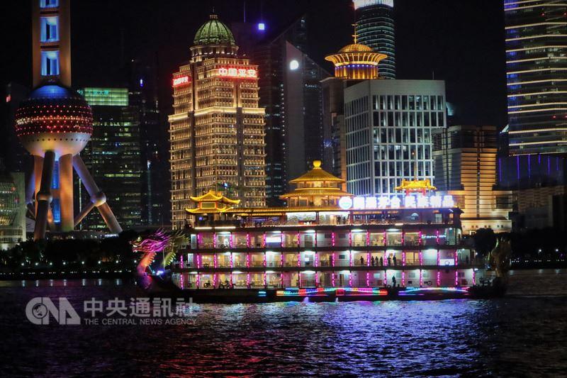 上海黃浦江遊船馳名中外,唯一一艘設有千客位遊船的龍船,去年3月暫告停運後,近日「重出江湖」。據了解,龍船這次升級改造共花了人民幣2000萬元(新台幣約9240萬元)。中央社記者陳家倫上海攝 107年7月14日