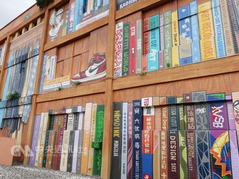 走在高雄市苓雅區的街頭、轉角常常會有驚喜,可見巨幅書櫃與衣櫥等彩繪壁畫創作,讓人不禁為之驚豔、莞爾,感受城市有如一座開放美術館。中央社記者王淑芬攝 107年7月14日