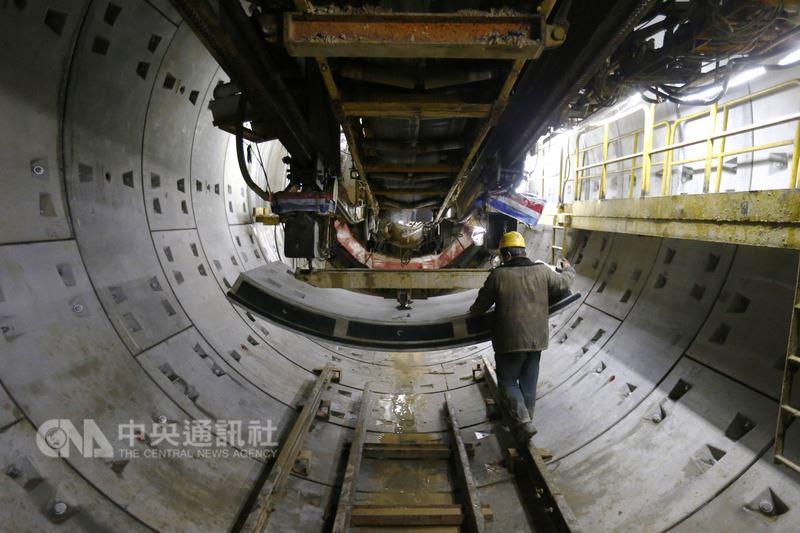 中國官方嚴控地方政府債務規模,近日推出有關城市建設軌道交通的門檻,限制舉債建地鐵。圖為北京正在施工中的一處地鐵工程。(中新社提供)中央社 107年7月14日