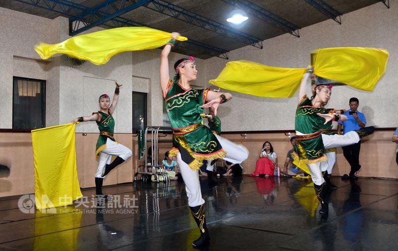 方相舞蹈團7月下旬將前往義大利參加拉丁姆(Latium)世界民俗藝術節,14日團員加緊排練「旗舞飛揚」等舞碼,盼帶給海外民眾完美表現。中央社記者黃旭昇新北市攝 107年7月14日
