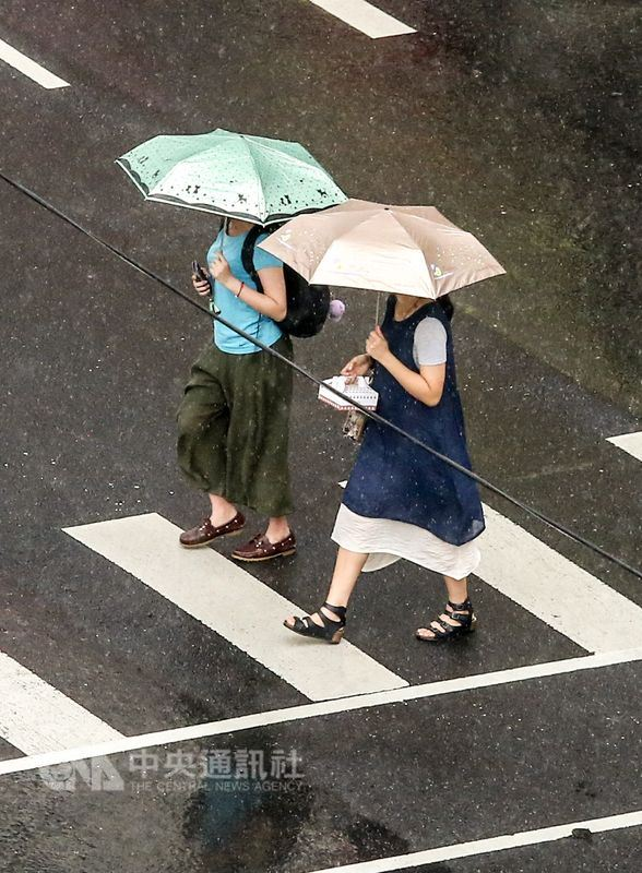 中央氣象局預報,14日南部和東南部持續有雨。(中央社檔案照片)