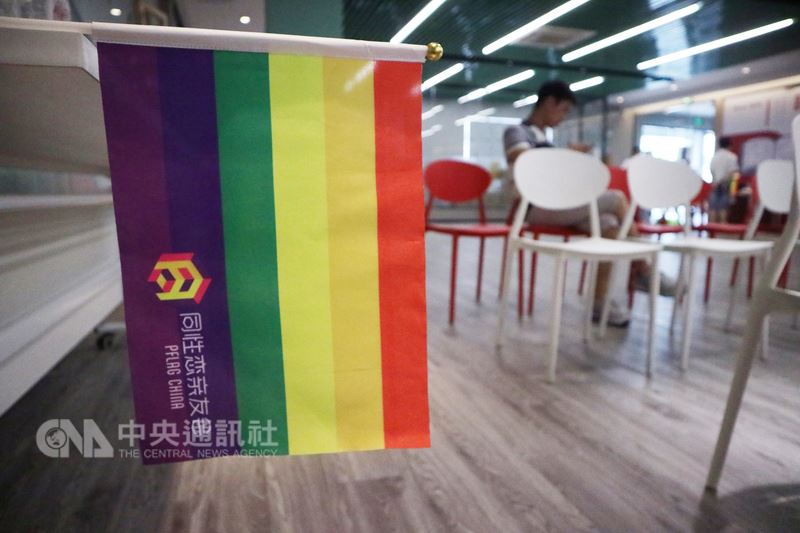 週日下午走進北京市區一處小型會議空間,可以看見四處懸掛著象徵多元性別的六色彩虹旗,為了讓更多人認識同性戀族群,中國大陸的同志團體正不斷走進人群。中央社記者繆宗翰北京攝 107年7月15日
