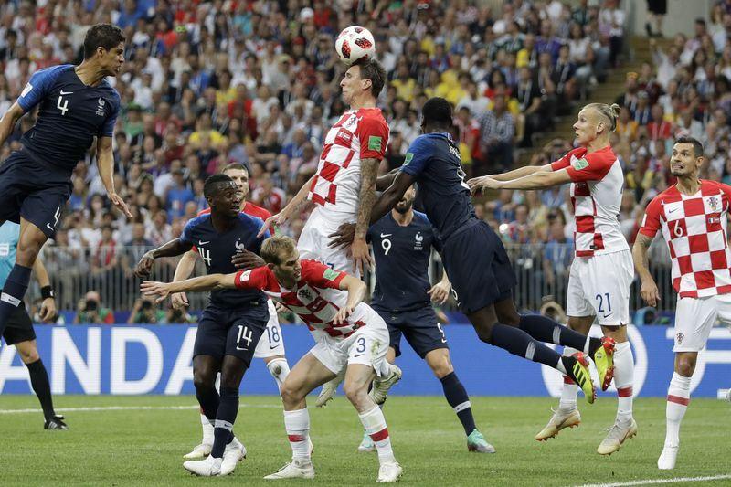 2018年俄羅斯世界盃足球賽冠軍戰,克羅埃西亞曼祖基奇(中)在第18分鐘出現烏龍球。(達志提供)