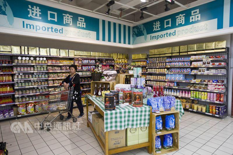 中國國家統計局16日公布,今年上半年中國國內生產毛額(GDP)年增6.8%;消費者物價指數(CPI)年增2.0%。圖為山西太原一家超市內,民眾正在挑選商品。(中新社提供)中央社  107年7月16日