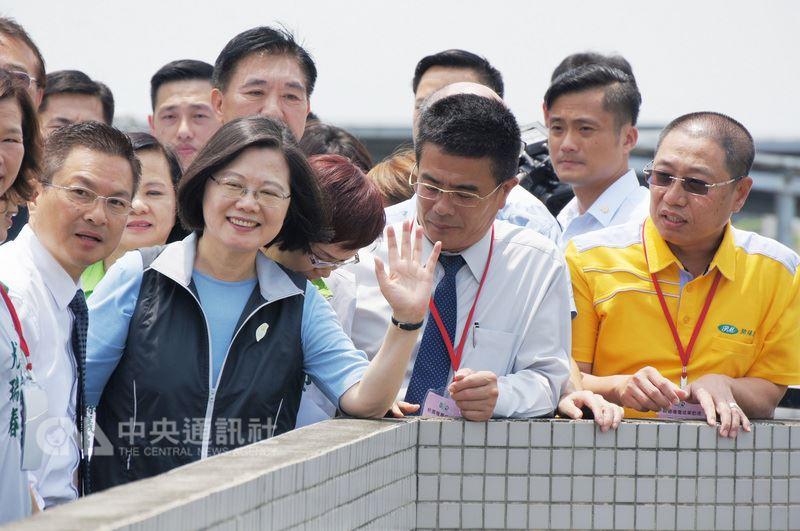 總統蔡英文(前左2)16日到彰化縣和東國小視察校園種電成果,對於彰化縣推動綠能,蔡總統表示,新的觀念與轉型過程中,有很多人懷疑、不看好,但應當穩穩往前走,堅定信仰,綠色能源有一天會是台灣重要能源。中央社記者蕭博陽彰化縣攝 107年7月16日