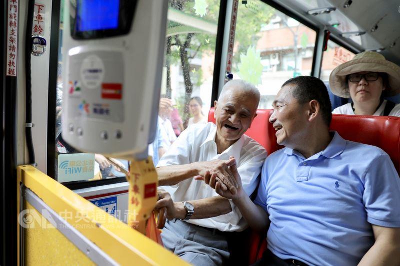 國民黨提名新北市長參選人侯友宜(前右)16日體驗搭乘觀光巴士前往九份風景區,在車上向乘車長者致意互動。(侯友宜辦公室提供)中央社記者黃旭昇新北市傳真 107年7月16日