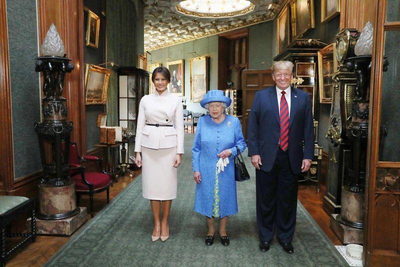 美國總統川普(右)13日在英國溫莎城堡會晤英國女王伊麗莎白二世(中)。(圖取自The Royal Family臉書www.facebook.com/TheBritishMonarchy)
