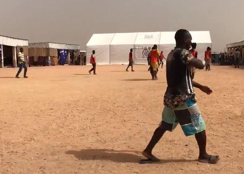 人權團體指控阿爾及利亞當局任意逮捕並遣返來自撒哈拉以南非洲的移民,有時甚至將他們丟棄在沙漠,但阿爾及利亞政府否認。圖為尼日北部城市阿加德斯移民轉運中心一景。(圖取自OIM Niger推特twitter.com/OIM_Niger)