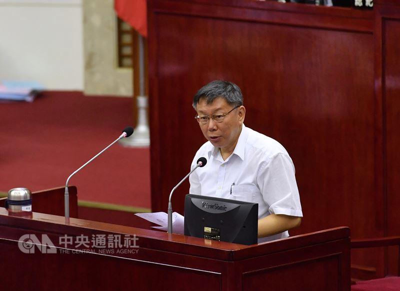 台北市長柯文哲(圖)16日到台北市議會進行施政報告,遭藍綠市議員杯葛後才順利上台。中央社記者王飛華攝  107年7月16日