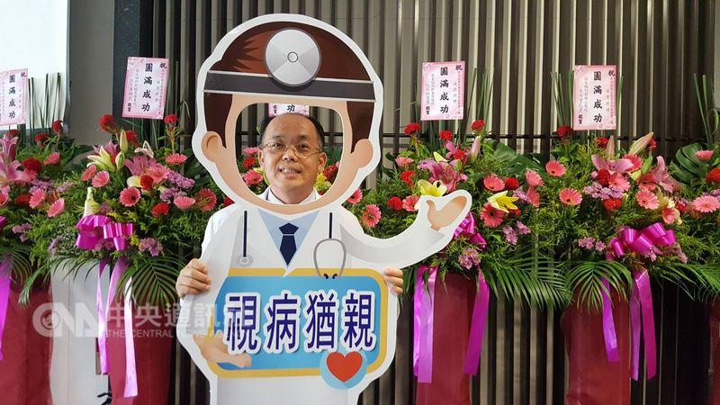 桃園療養院職能治療師康俊良(圖)17日獲得衛生福利部醫院醫事人員資深典範獎。他投入精神障礙者復健工作已邁入第27年,幫精障者們找回自信、重返社會。中央社記者陳偉婷攝  107年7月17日