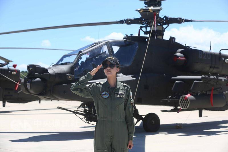長相甜美的陸軍少校楊韻璇(圖),因父親為飛官,從小就抱有飛行憧憬,曾是新竹「竹塹公主」的她經嚴格訓練後終於圓夢,成為台灣首位女性阿帕契飛行員。中央社記者游凱翔攝 107年7月17日