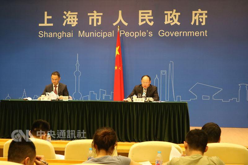 上海市17日公布2018上半年度GDP數據,年增6.9%,高於全國0.1個百分點;此外,全市上半年進出口數字皆成長,但官方憂慮,若貿易摩擦繼續升級,將對進出口表現造成影響。圖為新聞發布會現場。中央社記者陳家倫上海攝 107年7月17日