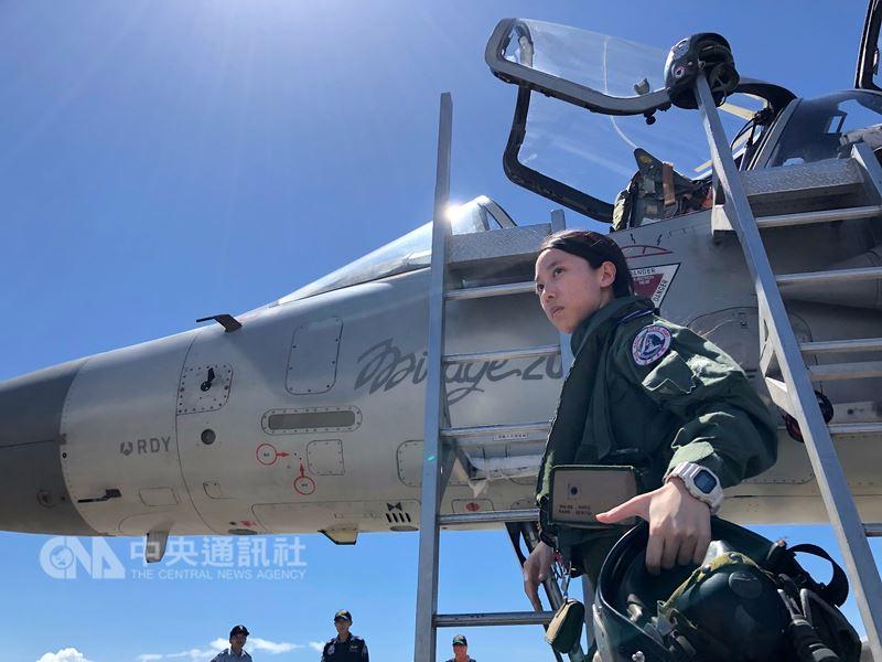 空軍18日在台東基地對外介紹3型主力戰機首批女性飛行員,圖為幻象2000上尉飛行官蔣青樺。中央社記者王飛華攝  107年7月18日