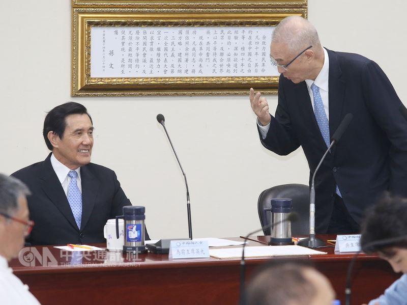 國民黨18日下午舉行中常會,會議開始後,黨主席吳敦義(右)邀請前總統馬英九(左)上台說明「三中(中視、中影、中廣)」出售過程。中央社記者郭日曉攝 107年7月18日