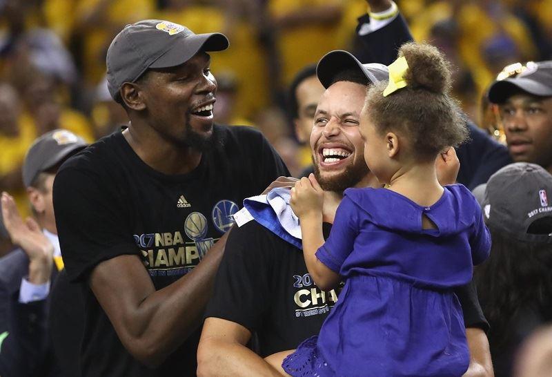 據ESPN報導,金州勇士控衛柯瑞(抱小孩者)將缺席美國男籃隊集訓。(圖取自臉書facebook.com/StephenCurryOfficial)