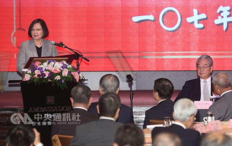 總統蔡英文(左)18日前往台北國賓大飯店,出席三三企業交流會107年7月份例會並致詞,這是蔡總統上任後首度受邀。中央社記者鄭傑文攝 107年7月18日
