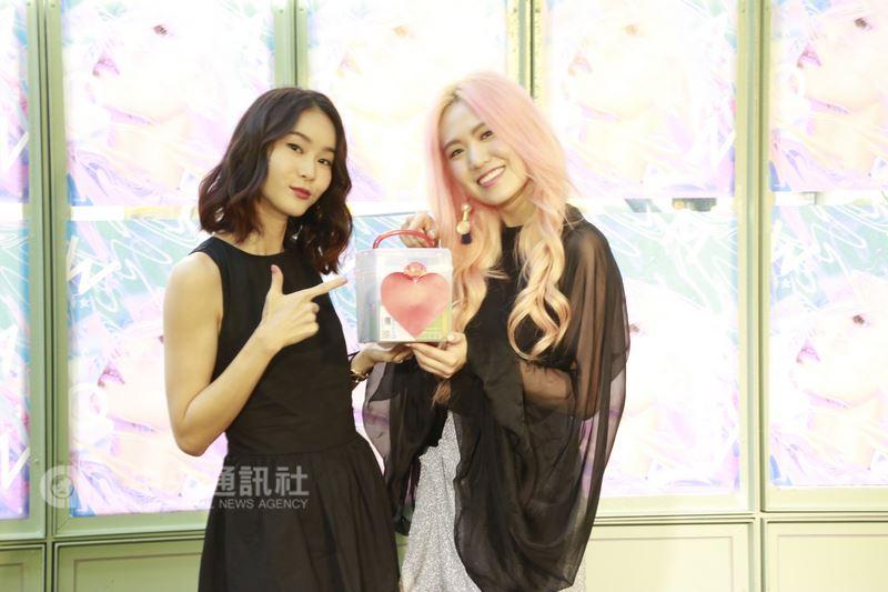 滾石創作女歌手孫盛希(右)推出第3張專輯,18日在台北舉行發片記者會,好友鍾瑤(左)也特地到場替孫盛希打氣。(滾石提供)中央社記者江佩凌傳真 107年7月18日