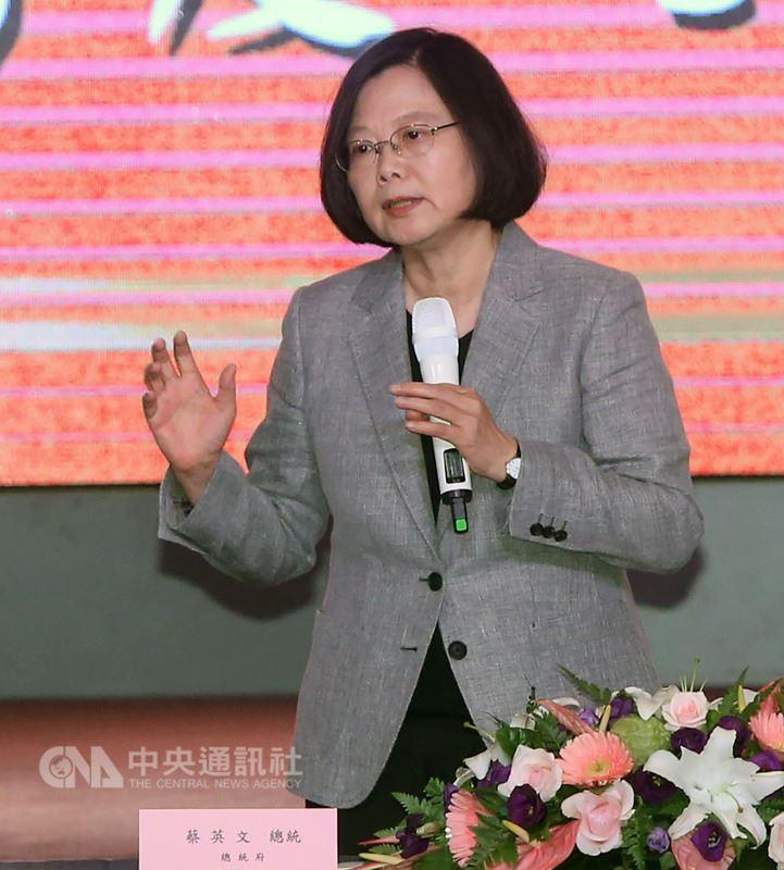 總統蔡英文18日在台北國賓大飯店出席三三企業交流會107年7月例會,這是蔡總統上任後首度受邀出席三三會,並現場接受與會工商界代表提問。中央社記者鄭傑文攝 107年7月18日