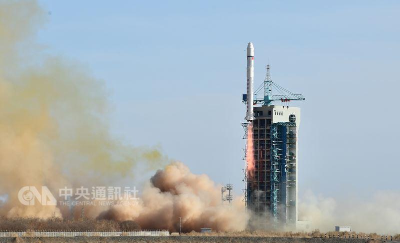 陸媒19日報導,正在美國舉行的一場太空科學大型國際會議,原本要參加的一群中國大陸「張衡一號」衛星專家,因為沒有拿到簽證而集體缺席。圖為2月2日,搭載張衡一號衛星的長征火箭在中國酒泉衛星發射中心成功發射。(中新社提供)中央社 107年7月19日