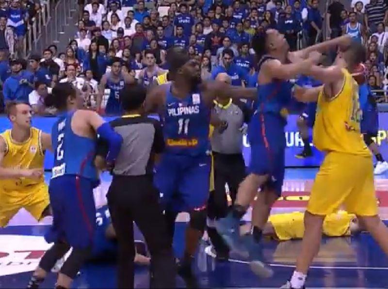 世界盃男籃亞洲區資格賽,2日菲律賓在主場迎戰澳洲,賽中發生兩方球員打群架事件。(圖取自FOX Basketball推特網頁twitter.com/FoxBasketball)