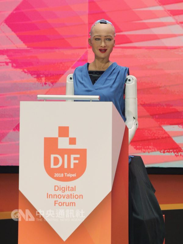 首位公民機器人蘇菲亞19日在台北出席ABAC數位創新論壇(DIF),在開幕式出場致詞,受到矚目。中央社記者徐肇昌攝  107年7月19日