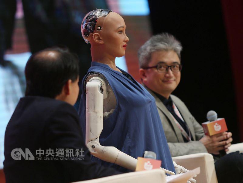 全球首個機器人公民蘇菲亞(中)與台灣AI實驗室創辦人杜奕瑾(右)等人19日在台北參加ABAC數位創新論壇(DIF),以「探索AI與人類共創文化的100種可能」為題展開座談。中央社記者徐肇昌攝 107年7月19日