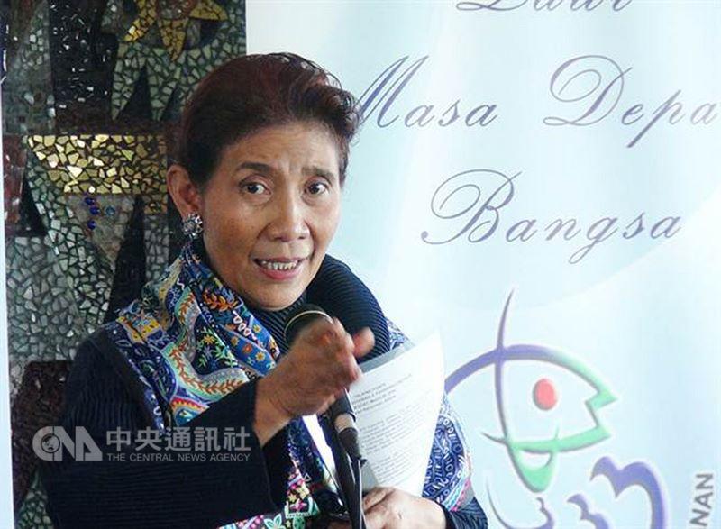 印尼海洋暨漁業部長蘇西高中時曾輟學,她日前參加高中學力檢測,順利過關拿到高中文憑。中央社記者周永捷雅加達攝  107年7月19日