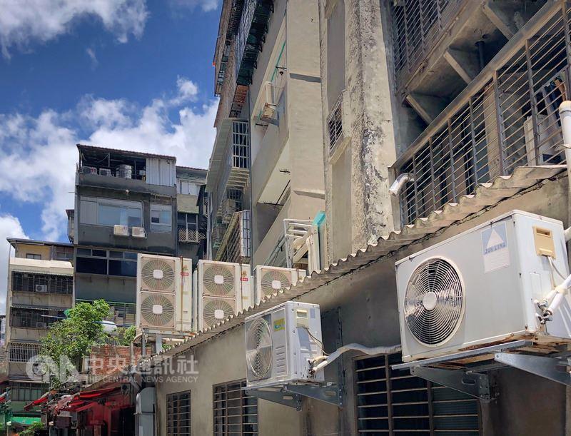 炎熱高溫推升用電量持續飆高,19日全台用電量高點落在下午1時50分,達3670.5萬瓩,再度改寫歷年7月用電量新高紀錄。中央社記者王飛華攝 107年7月19日