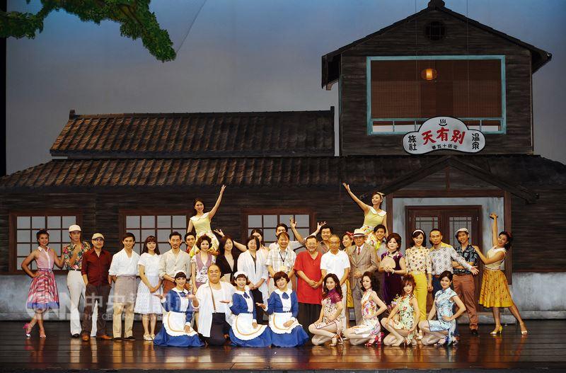 綠光劇團2018年度大戲「再會吧北投」20日在台北國家戲劇院舉行彩排記者會,為21日起登場的演出宣傳造勢,劇組演員在舞台上一同合影留念。中央社記者施宗暉攝 107年7月20日