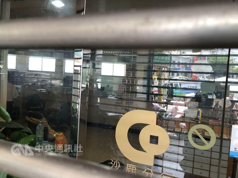 台中沙鹿合作金庫傳槍案,警方封鎖現場,採證調查中。 中央社記者趙麗妍攝 107年7月20日