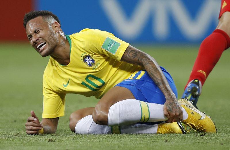世界盃足球賽剛落幕,巴西球星內馬爾誇張的翻滾動作遭到全世界網友嘲弄。(達志提供)