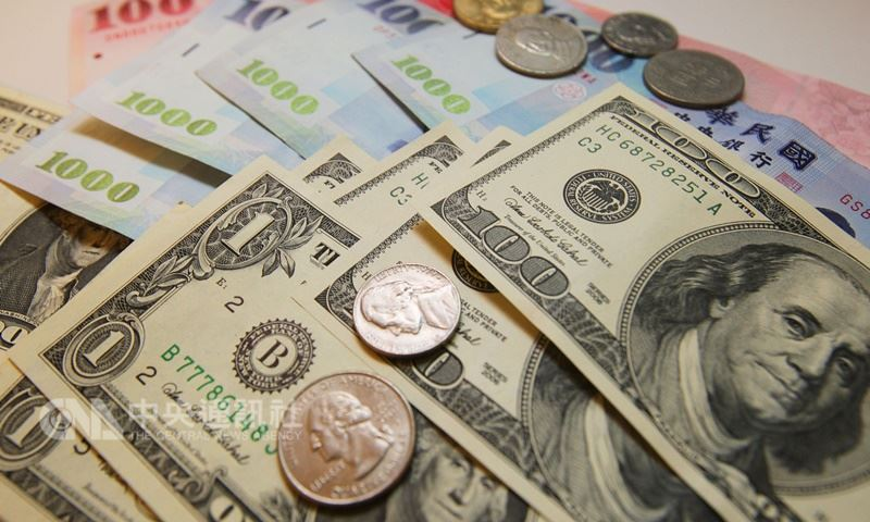 新台幣兌美元匯率受外資續匯出股利和人民幣等亞幣走弱影響,盤中貶破30.7元,最低來到30.750元,創16個月以來新低。(中央社檔案照片)