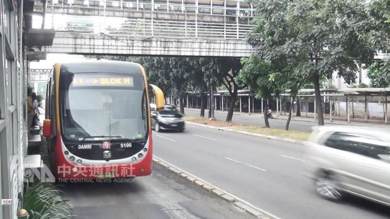 第18屆亞洲運動會8月18日將在印尼雅加達及巨港登場。雅加達塞車嚴重,行之多年且行駛於公車專用道的快捷巴士,將扮演緩解塞車的重要角色。中央社記者周永捷雅加達攝 107年7月20日