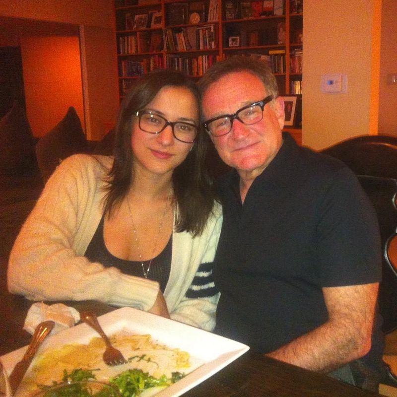 今年7月21日是已故影星羅賓威廉斯(右)67歲冥誕,女兒塞爾達(左)19日發文吐露喪父傷痛心聲。(圖取自塞爾達IG網頁www.instagram.com/zeldawilliams)