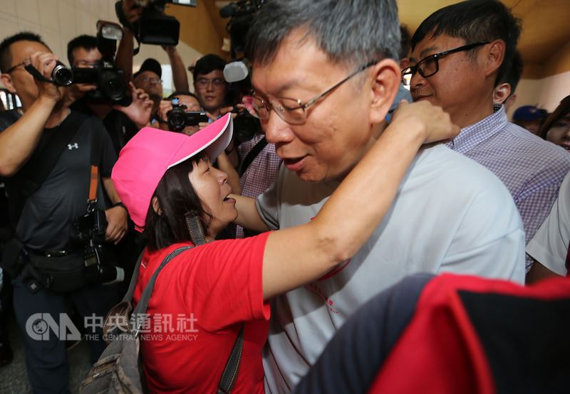 屏東縣議員蔣月惠(前左)21日特別到台北市政府活動現場找市長柯文哲(前右),並熱情要求與柯文哲擁抱。中央社記者徐肇昌攝 107年7月21日